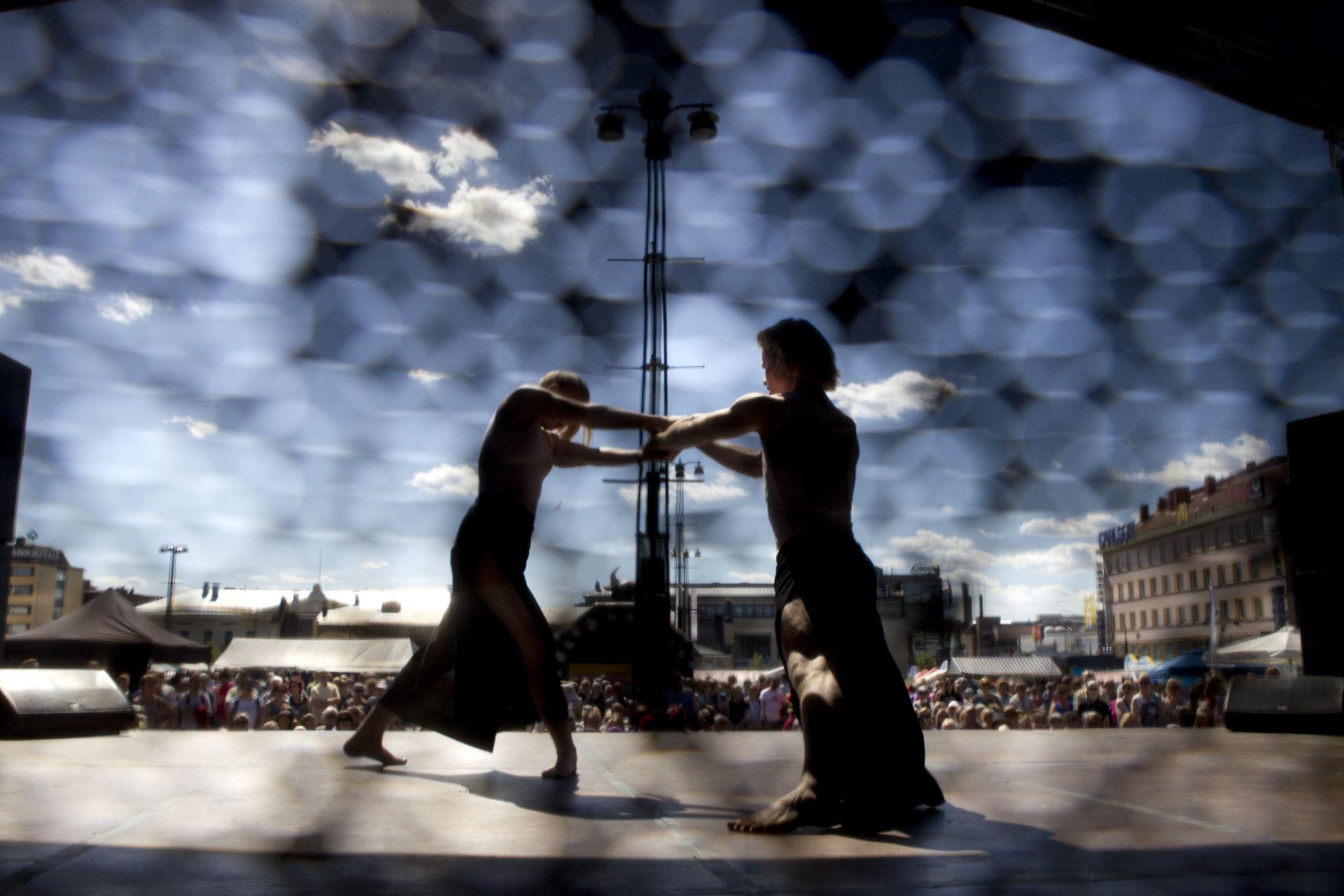 kaksi tanssijaa torilla