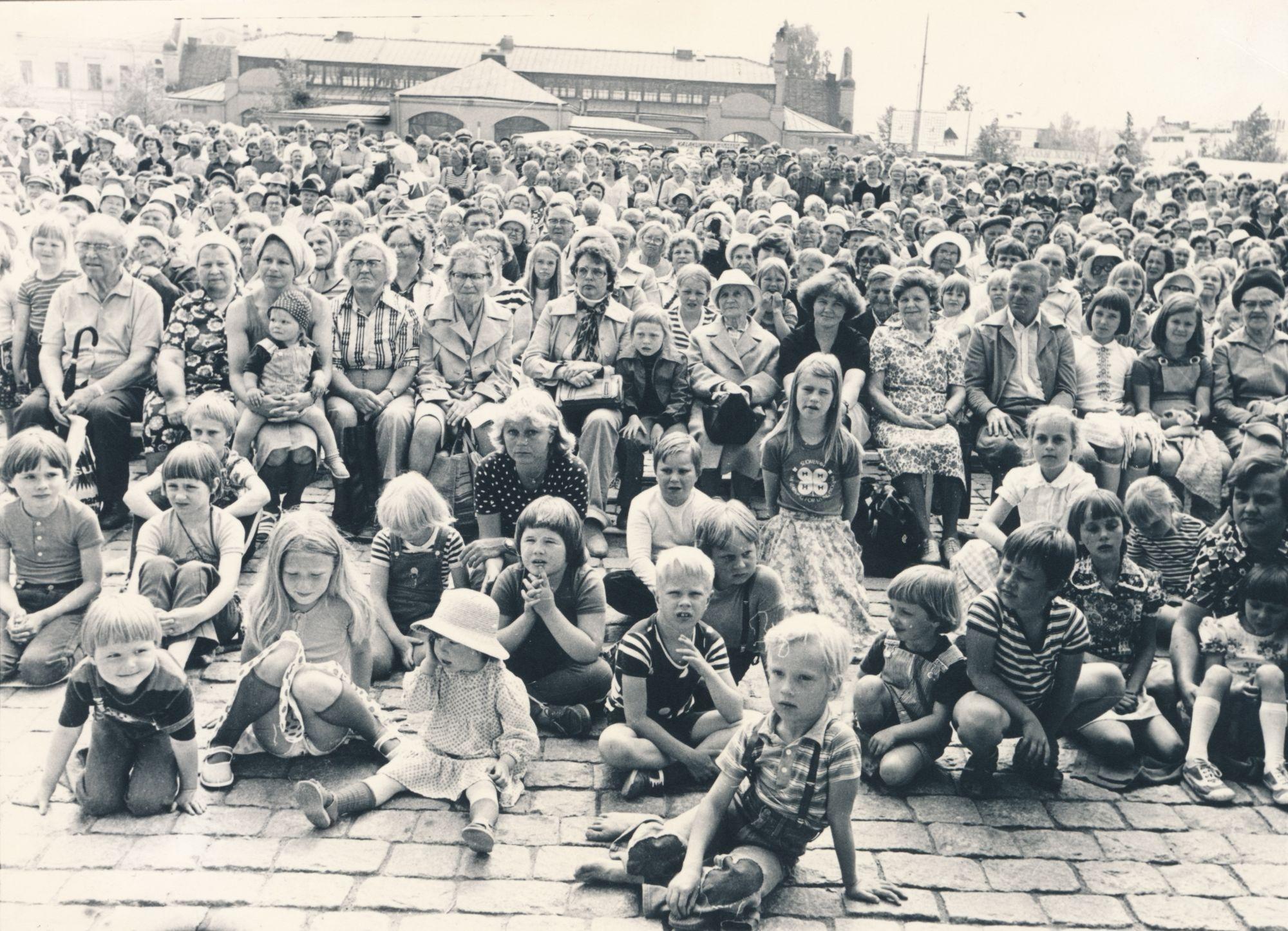Avajaiset torilla 1978