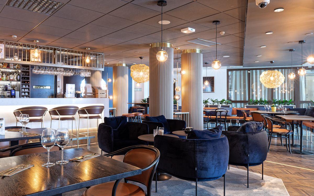 Scandic ravintolasali siniset tuolit