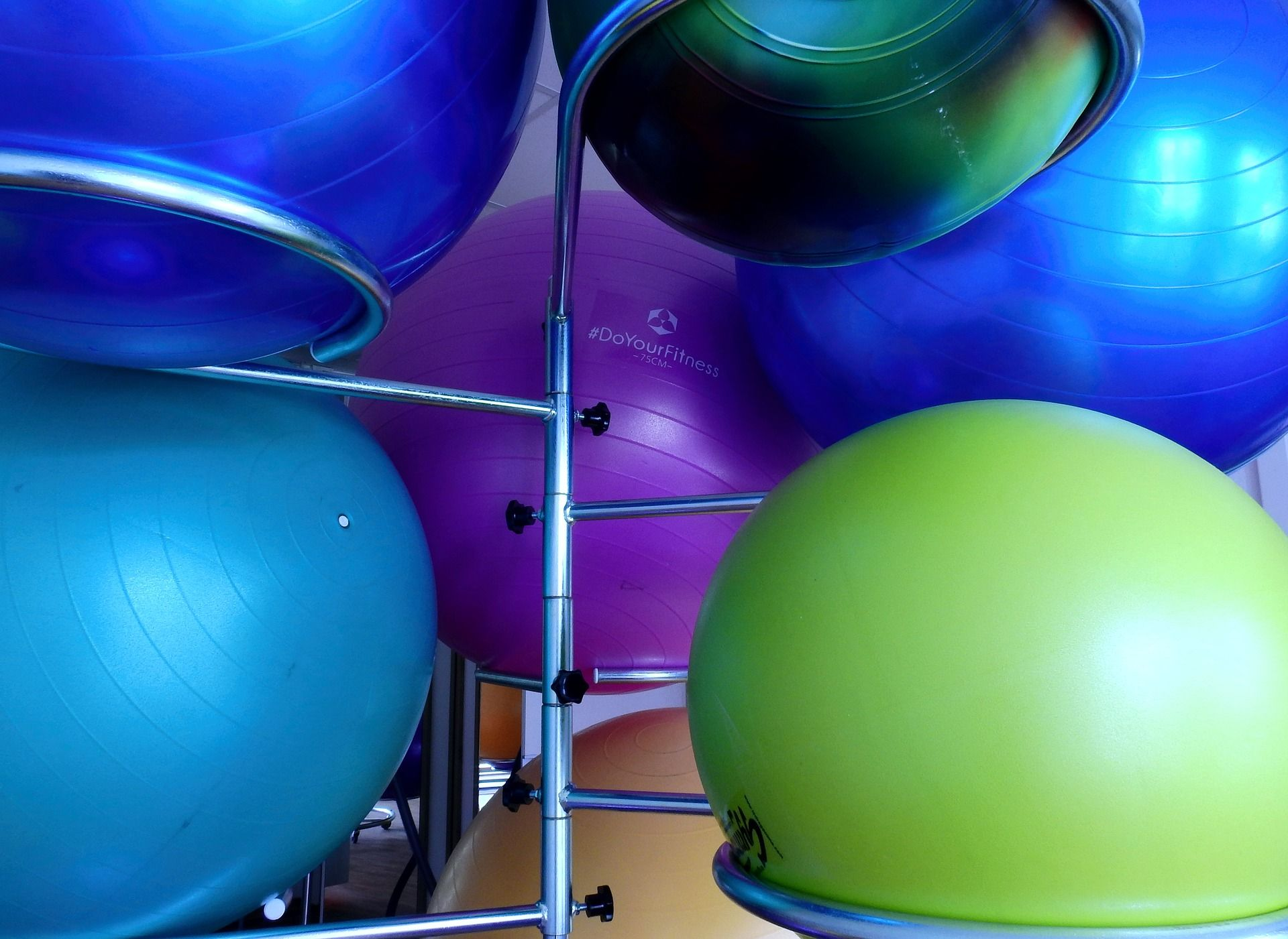 Erivärisiä suuria jumppapalloja