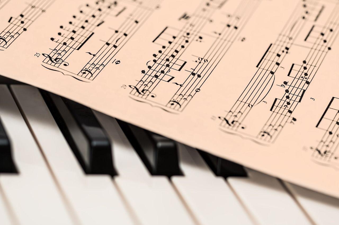 piano koskettimet ja nuotit