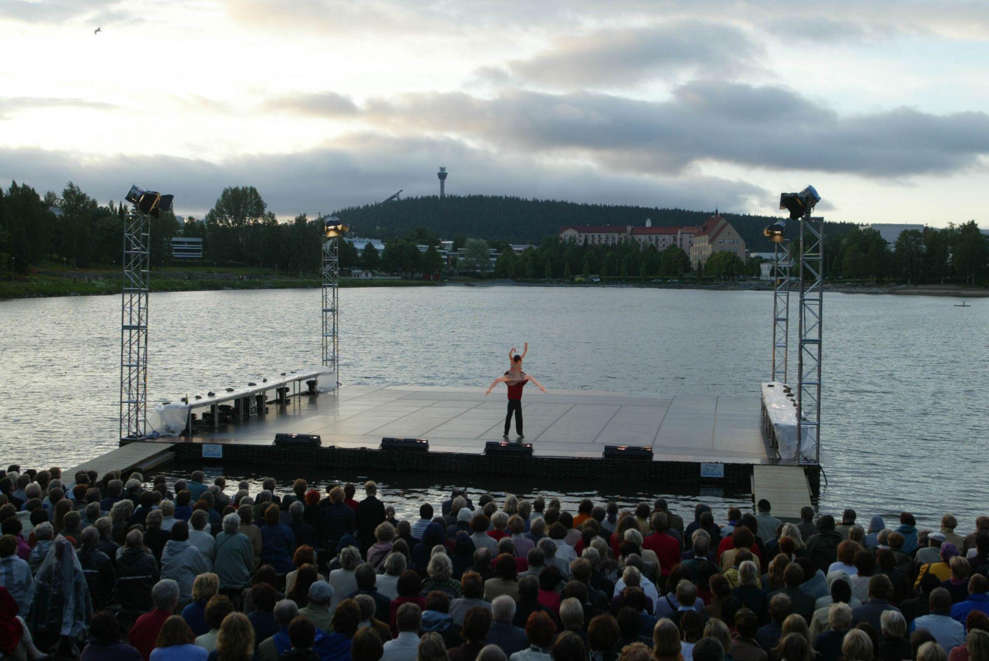 Esitys Valkeisen lammen lavalla 2002