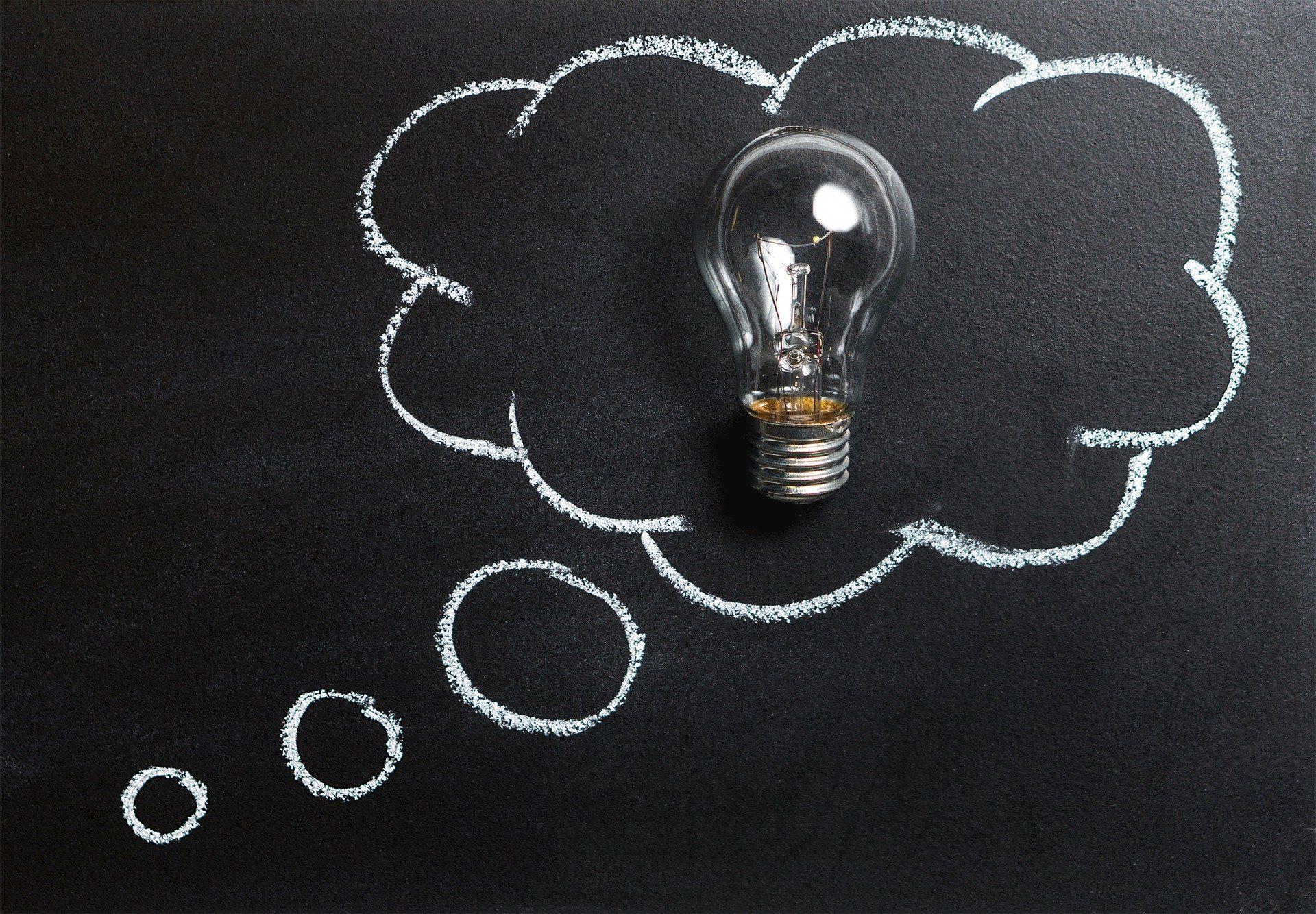 Thought, kuva jossa lamppu ajatuskuplan sisällä